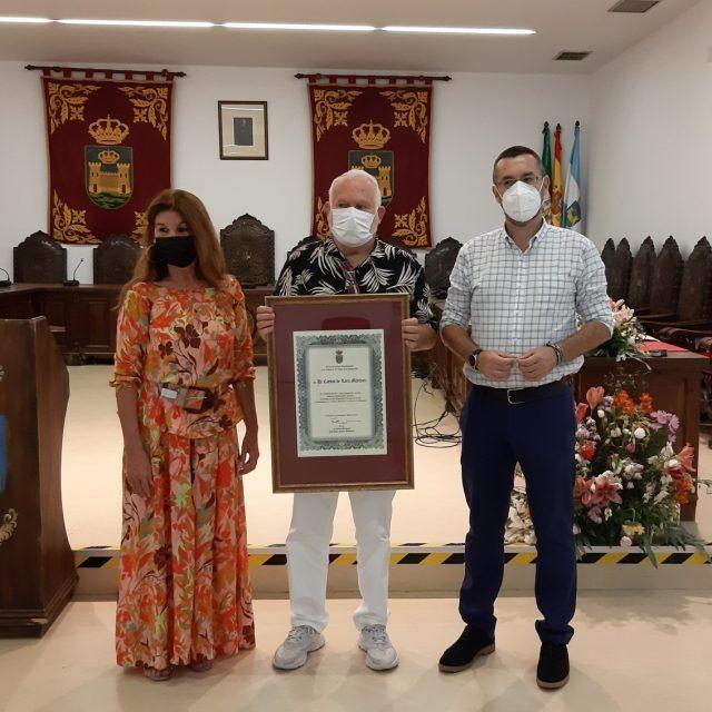 Carlos Lara recibe un reconocimiento por su labor con la Velada y Fiestas de La Línea durante casi medio siglo