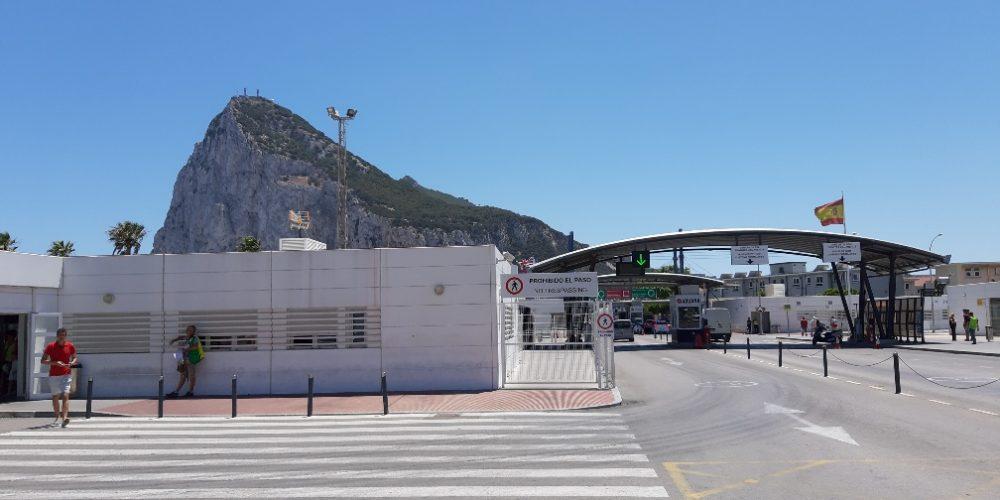 El alcalde pide precaución ante el levantamiento de las restricciones en la verja con Gibraltar
